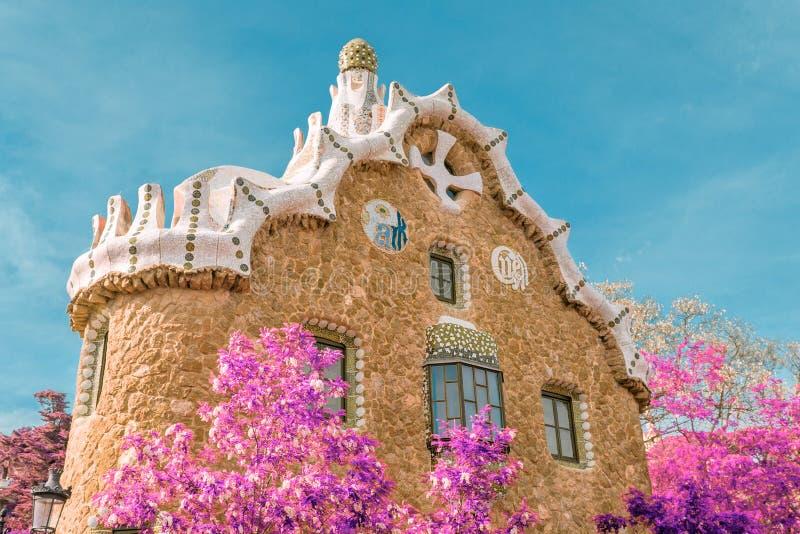 Casa del cuento de hadas en el parque Guell, Barcelona, España imagenes de archivo