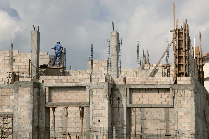 Casa del edificio con los bloques de cemento y las columnas fotos de archivo