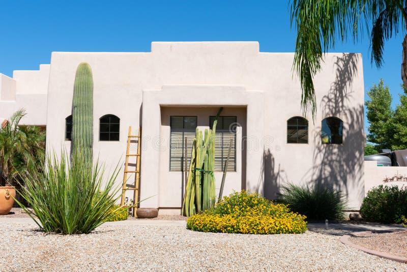 Casa del estilo de Santa Fe con el cactus en el jardín fotografía de archivo libre de regalías