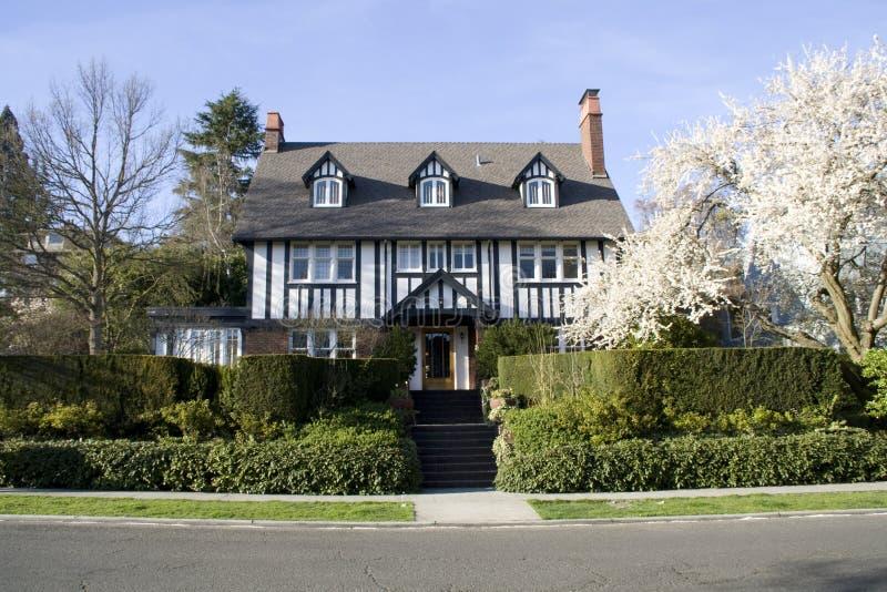 Casa del estilo tradicional con el jardín hermoso fotografía de archivo