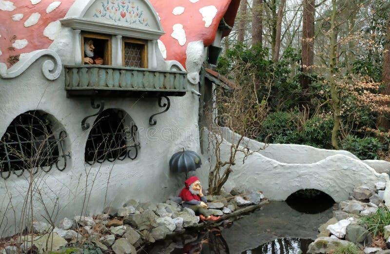 Casa del fungo di Gnome in foresta nel themepark che efteling immagini stock