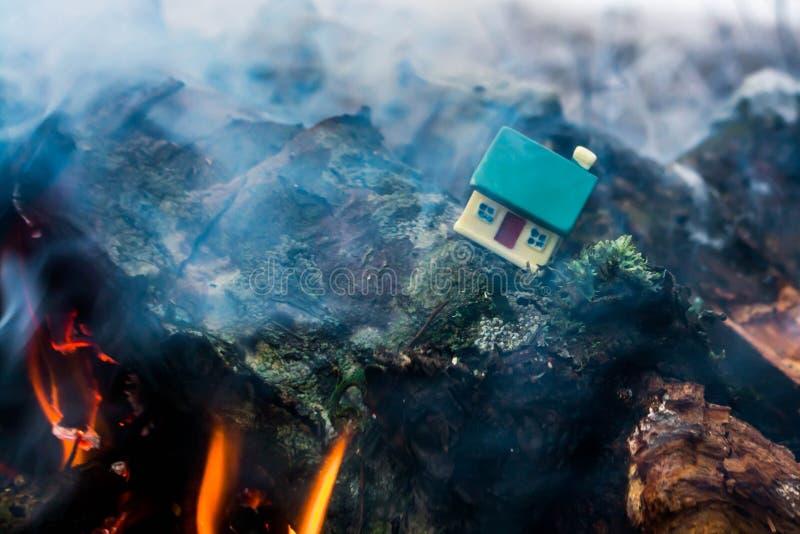 Casa del giocattolo dal fuoco fotografia stock