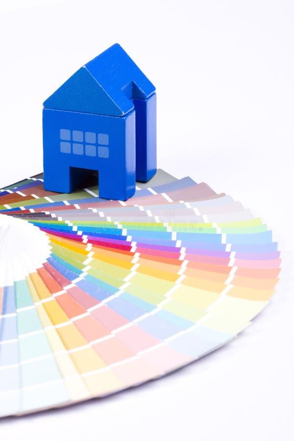 Casa del giocattolo sopra una gamma di colori fotografia stock libera da diritti