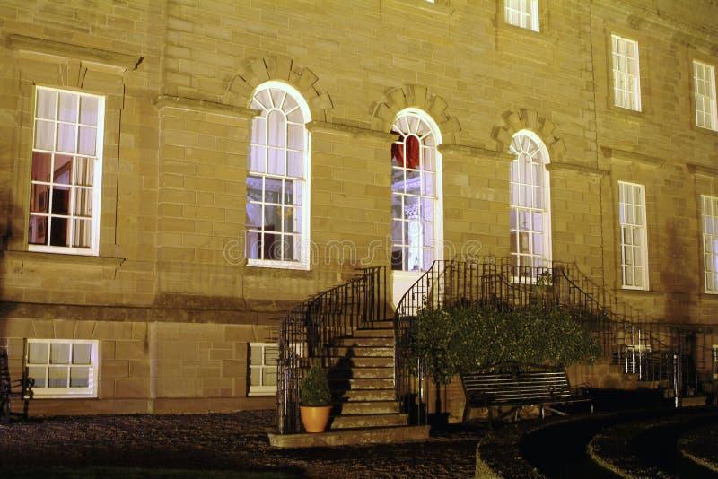 Casa del jardín y de señorío en la noche imagen de archivo libre de regalías