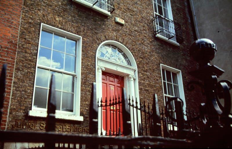 Casa del ladrillo con la puerta roja fotografía de archivo libre de regalías