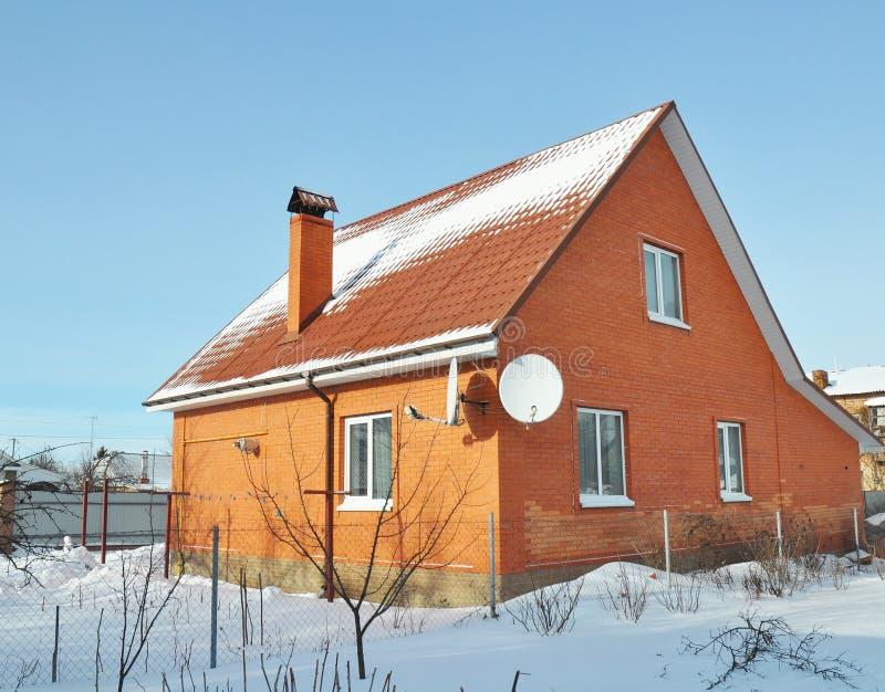 Casa del ladrillo con la teja y la chimenea de tejado roja - La casa de la chimenea ...
