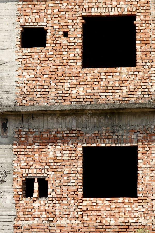 Casa del ladrillo y dos wondiws vacíos imagen de archivo libre de regalías