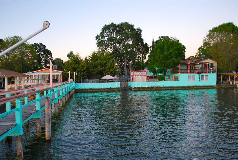 Casa del lago con el paseo del tablero foto de archivo