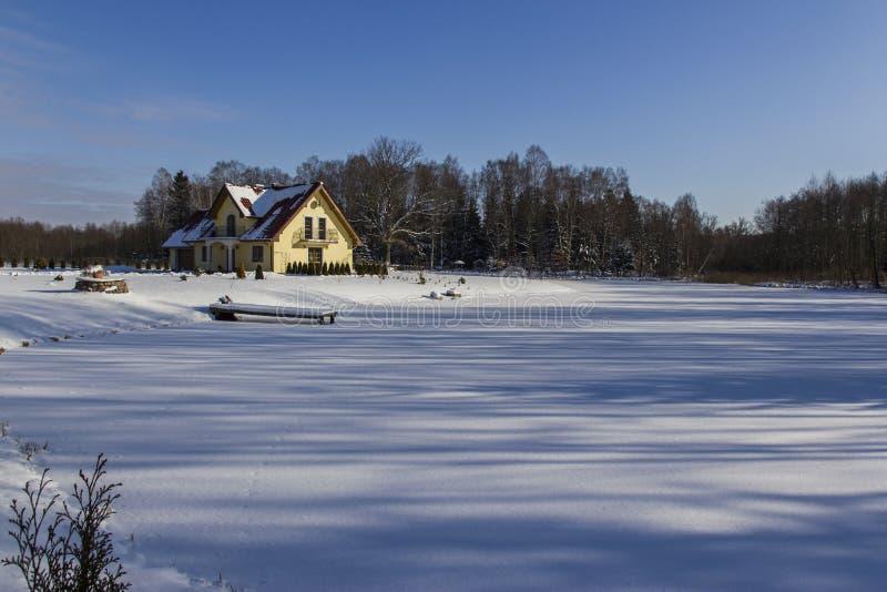 Casa del lago de la familia del invierno. foto de archivo