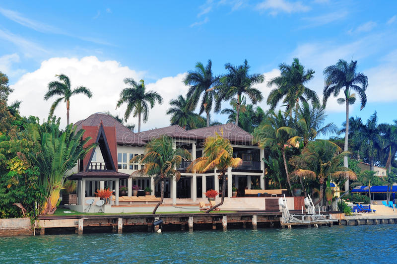 Casa del lujo de Miami imagen de archivo. Imagen de configuración ...
