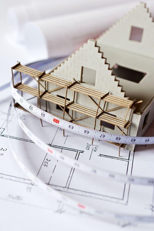 Casa del modelo nuevo en plan del modelo de la arquitectura en el escritorio foto de archivo