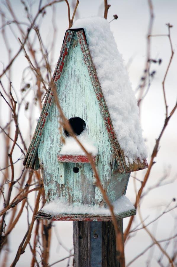 Casa del pájaro en invierno fotos de archivo