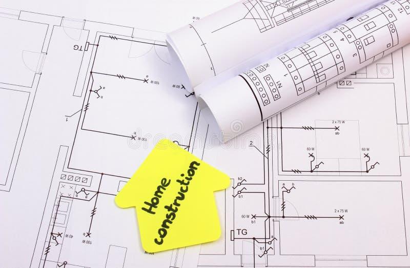 Casa del papel amarillo con la construcción del hogar del texto en el diagrama de la casa imágenes de archivo libres de regalías