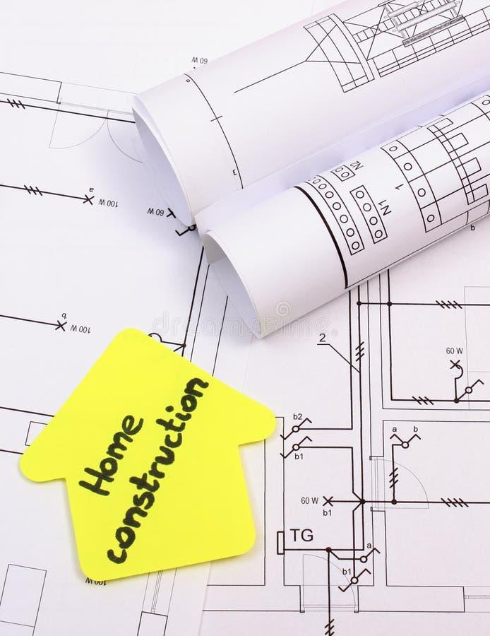 Casa del papel amarillo con la construcción del hogar del texto en el diagrama de la casa fotografía de archivo libre de regalías