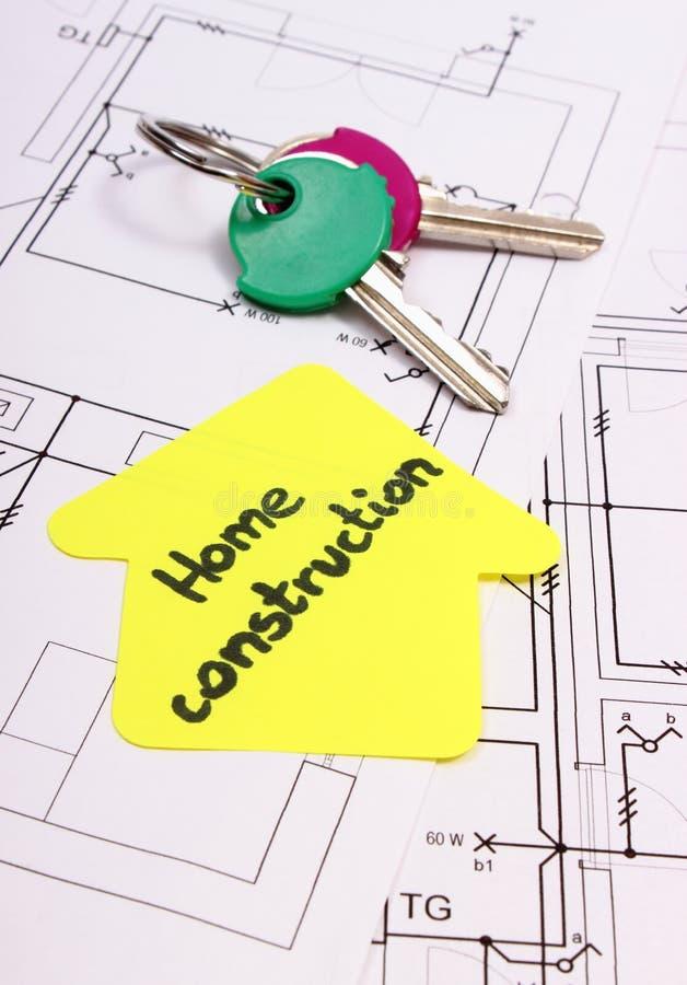 Casa del papel amarillo con la construcción y las llaves, dibujo del hogar del texto de construcción imagenes de archivo