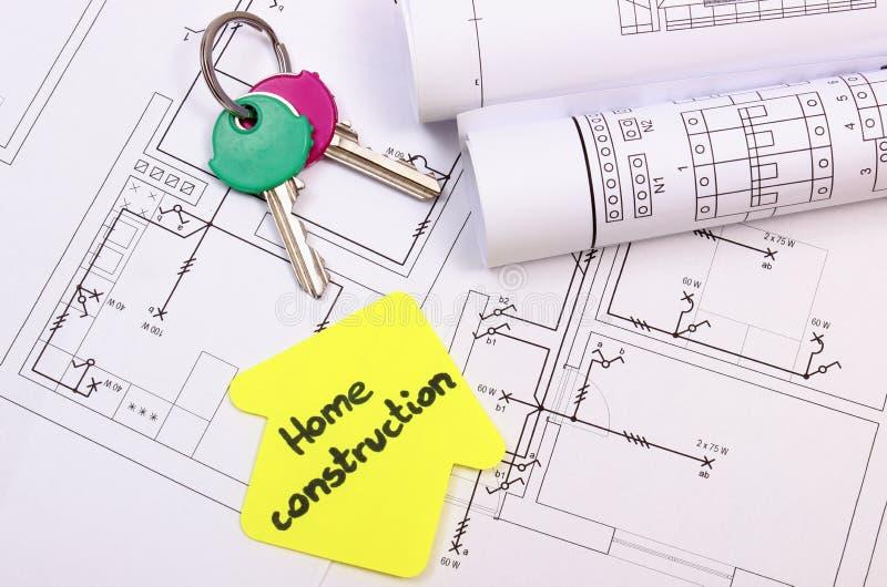 Casa del papel amarillo con las teclas HOME del construcción del hogar del texto, y los diagramas imagenes de archivo
