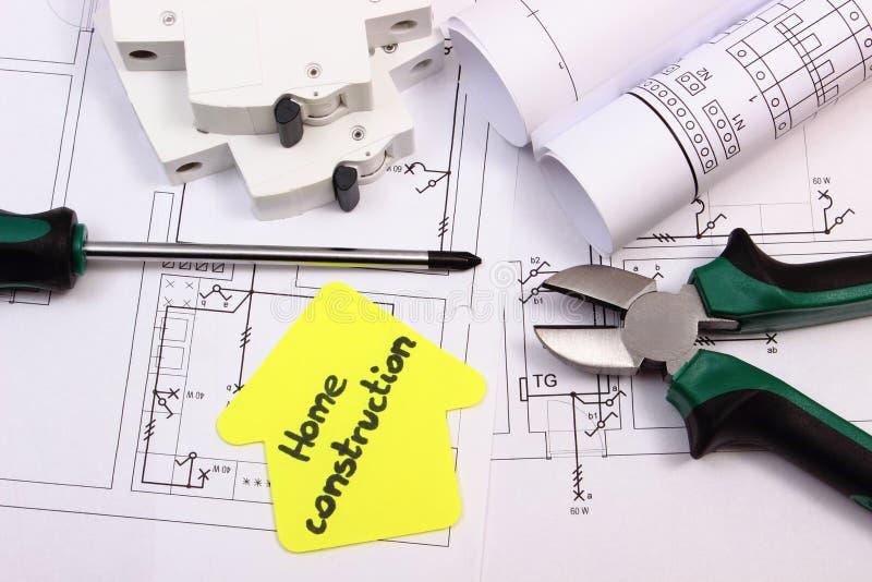 Casa del papel amarillo, de las herramientas del trabajo, del fusible eléctrico y del dibujo de construcción imagenes de archivo