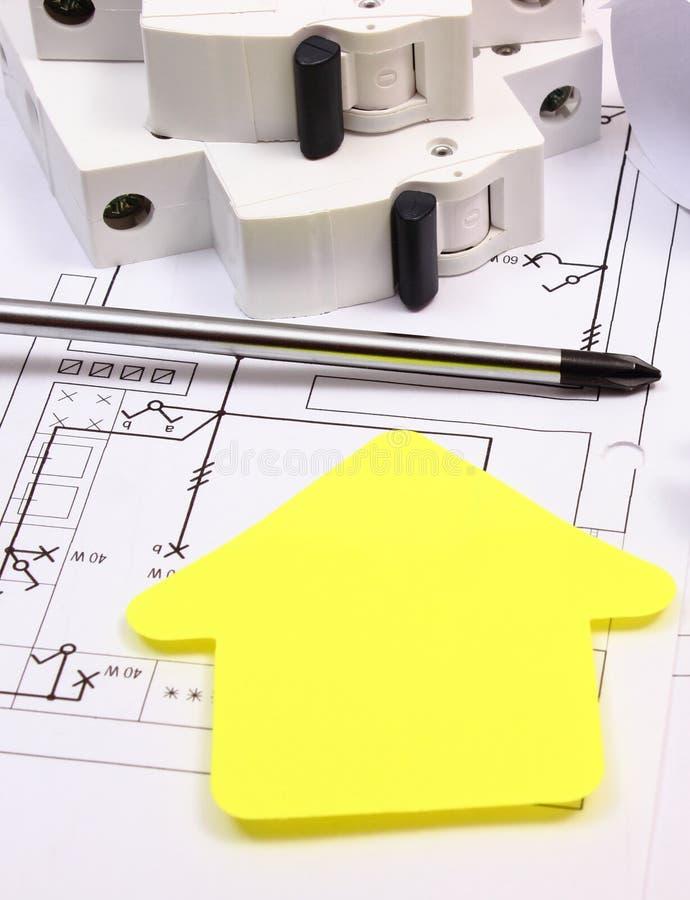 Casa del papel amarillo, de las herramientas del trabajo, del fusible eléctrico y del dibujo de construcción fotos de archivo