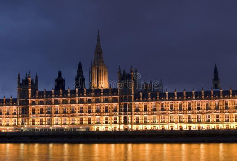 Casa del parlamento en la noche fotografía de archivo