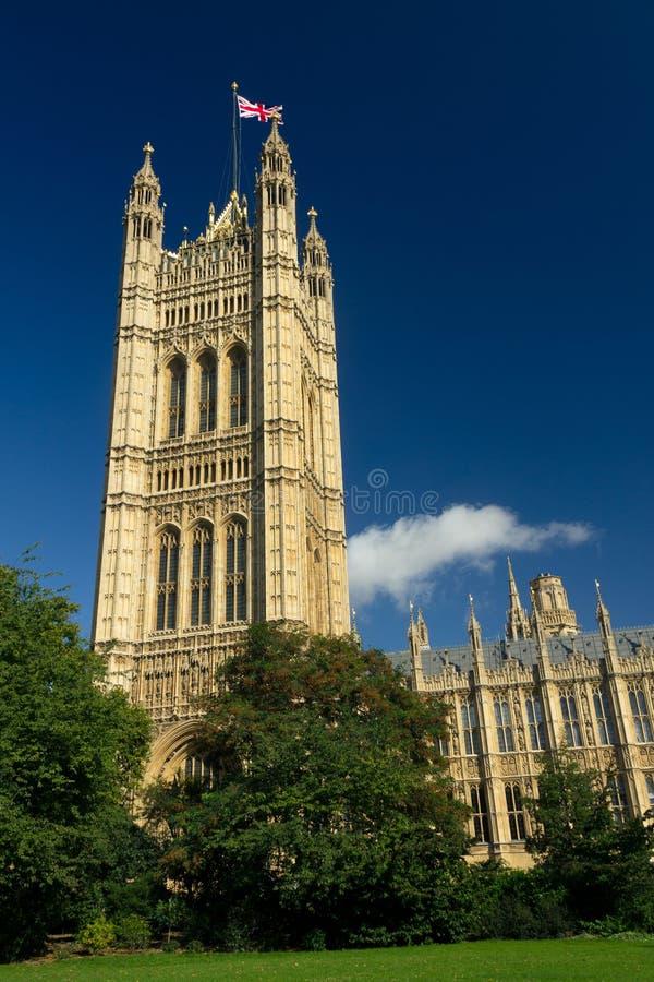Casa del parlamento vista de Victoria Tower Gardens fotografía de archivo libre de regalías