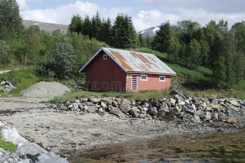 Casa del pescador por el fiordo fotografía de archivo