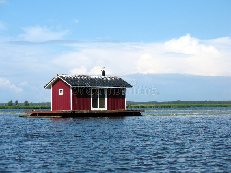 Casa del pontone su un fiume immagini stock