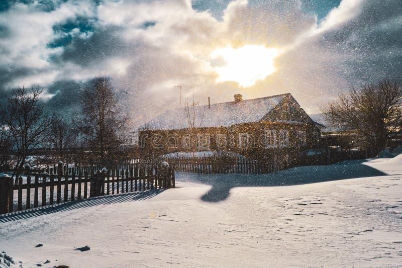 Casa del pueblo cubierta en una nevada imagen de archivo