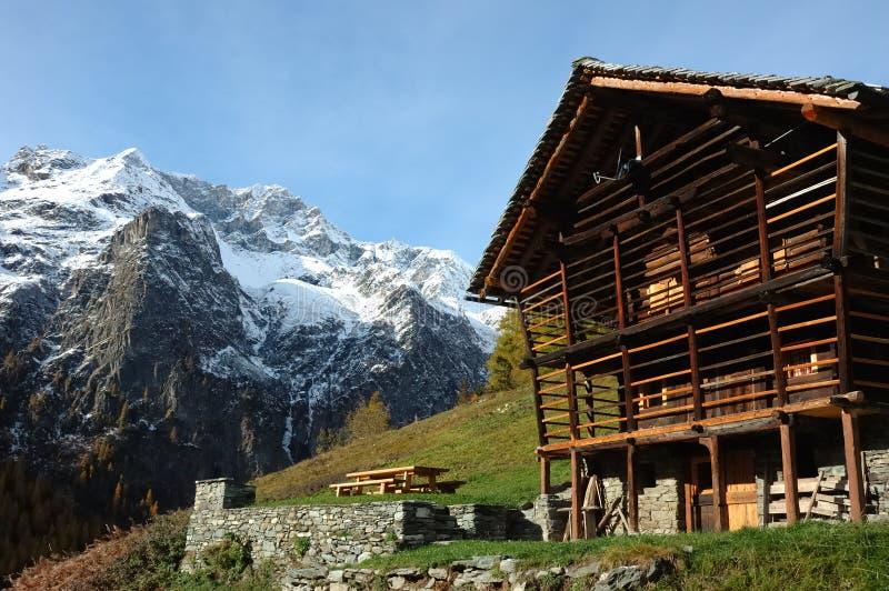 Casa del pueblo de montaña foto de archivo libre de regalías