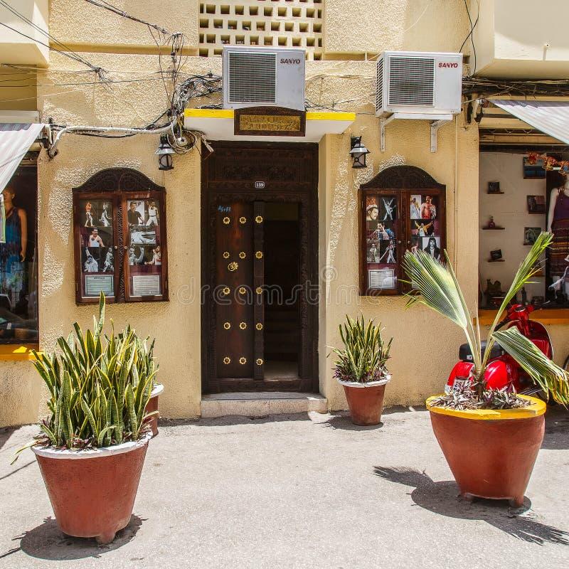 Casa del ` s de Freddie Mercury en la ciudad de piedra La ciudad de piedra es la vieja parte de la ciudad de Zanzíbar, la capital imagenes de archivo