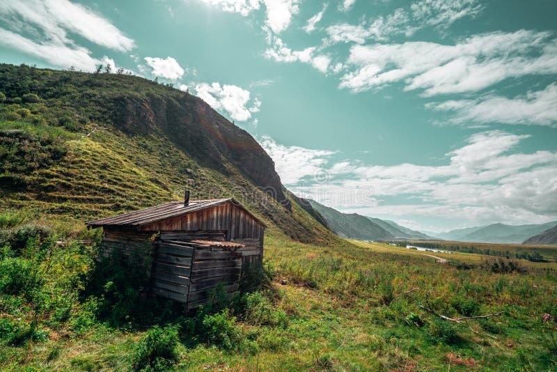 Casa del ` s del pastor rodeada por las montañas fotografía de archivo