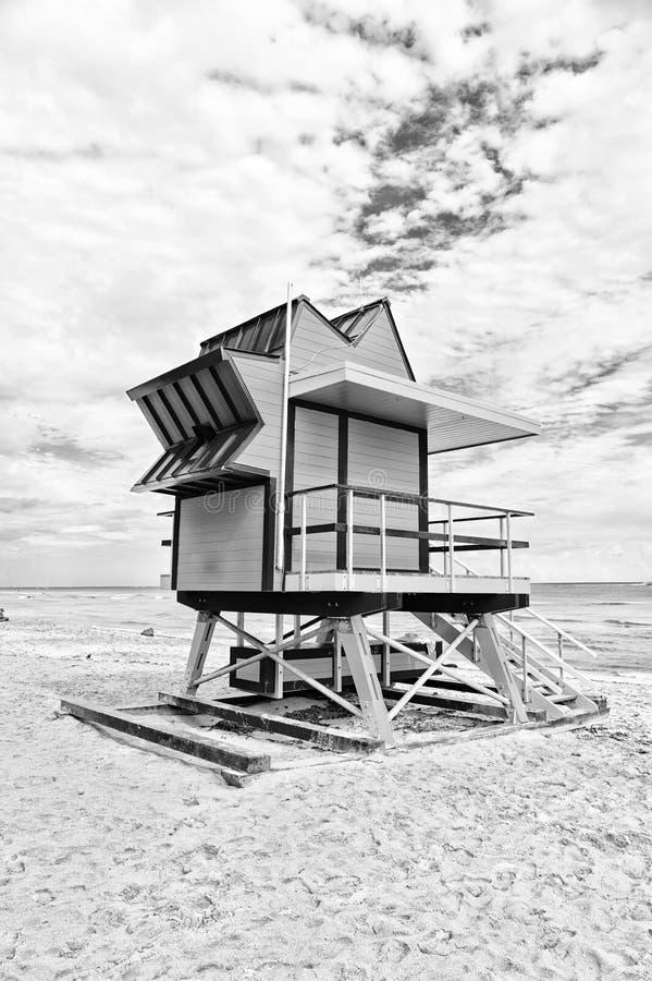 Casa del salvavidas en la playa de la arena en Miami, los E.E.U.U. Elévese para el baywatch del rescate en estilo típico del art  imagenes de archivo