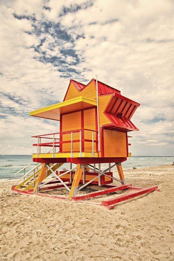 Casa del salvavidas en la playa de la arena en Miami, los E.E.U.U. Elévese para el baywatch del rescate en estilo típico del art  fotografía de archivo