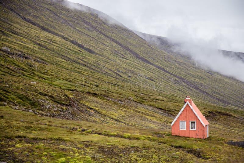 Casa del solitario del paesaggio dell'Islanda fotografia stock libera da diritti