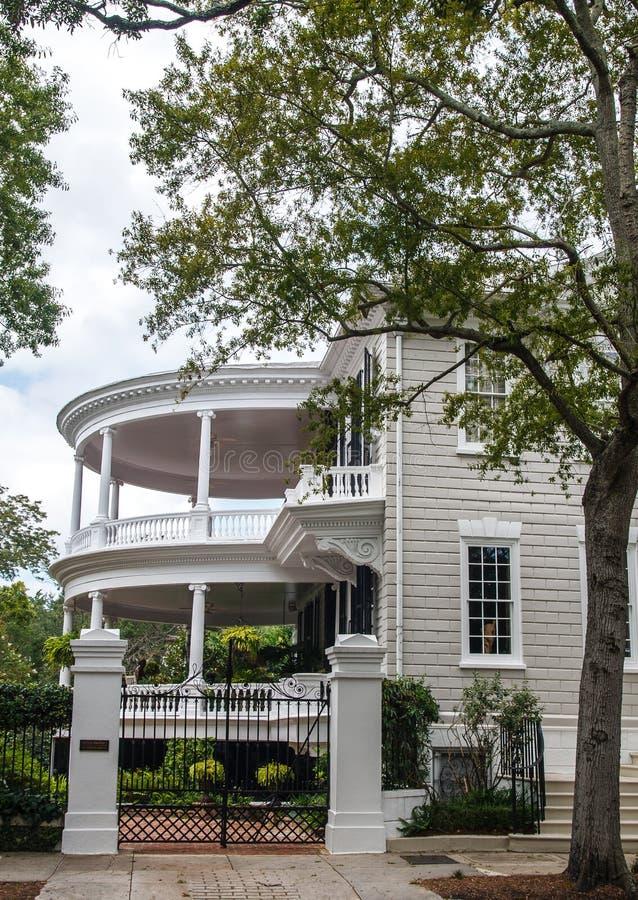 albero dalla veranda rotonda a due piani fotografia stock