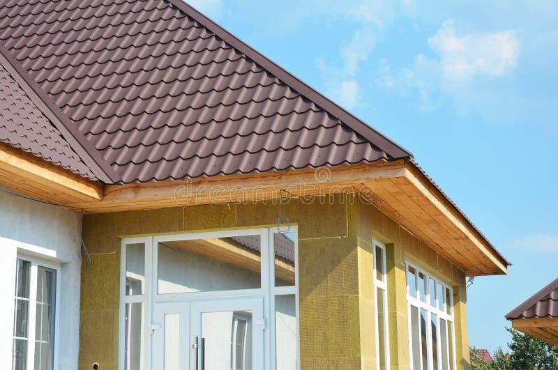 Casa del tetto e dettaglio dell'isolamento Installazione della fascia e dell'intradosso fotografie stock libere da diritti