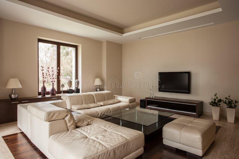 Casa del travertino: Sala de estar con el sofá fotografía de archivo