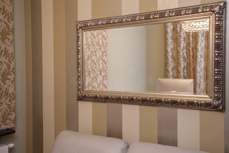 casa del travertino specchio dorato fotografia stock. Black Bedroom Furniture Sets. Home Design Ideas