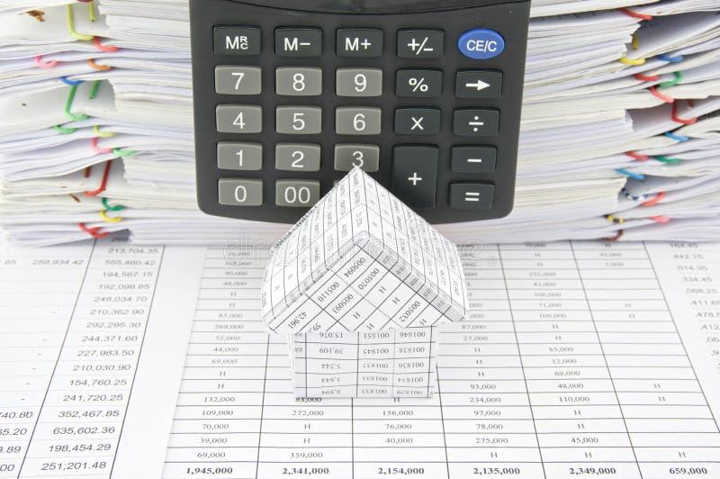 Casa delante de la calculadora imagen de archivo
