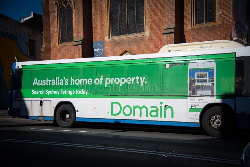 Casa dell'Australia del dominio della pubblicità della proprietà il loro sito Web sul bus della metropolitana di Sydney fotografia stock libera da diritti
