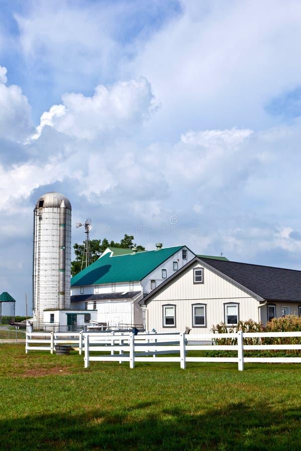 Casa dell'azienda agricola con il campo ed il silo immagine stock