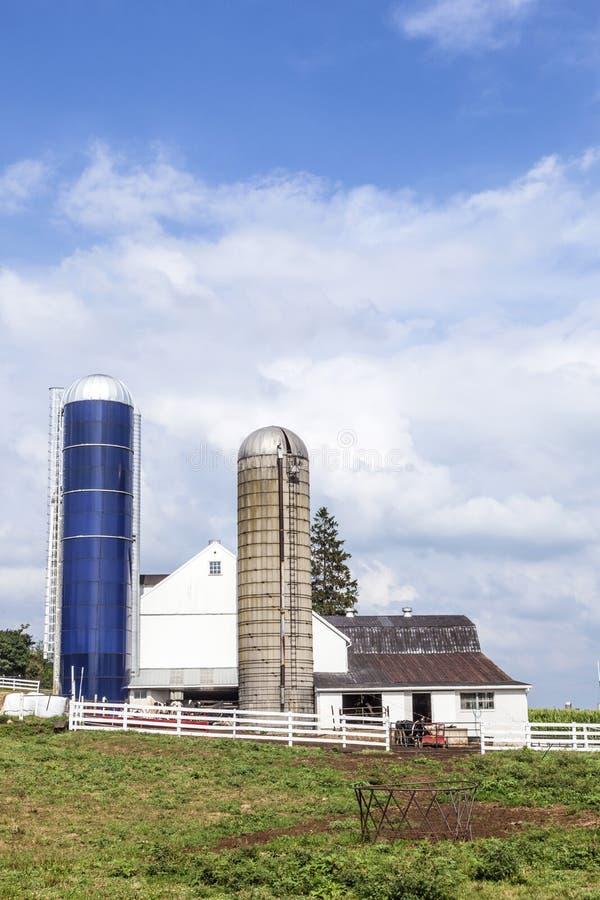 Casa dell'azienda agricola con il campo ed il silo fotografie stock libere da diritti