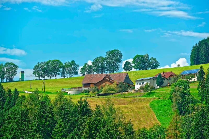 Casa dell'azienda agricola e bello paesaggio agricolo in repubblica Ceca immagine stock