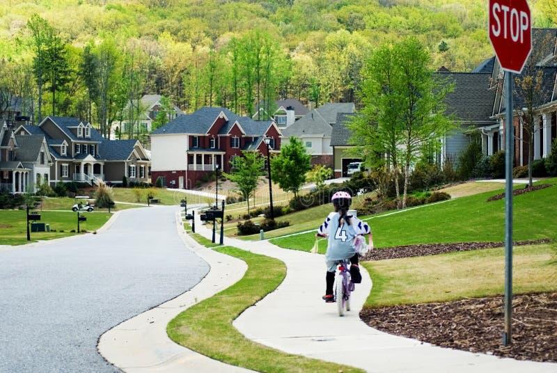 Casa della bici di guida della ragazza immagini stock libere da diritti