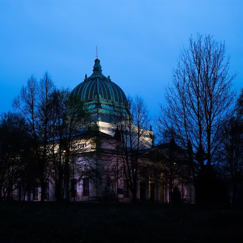 Casa della cultura di Zgorzelec, Polonia, all'ora blu immagine stock libera da diritti