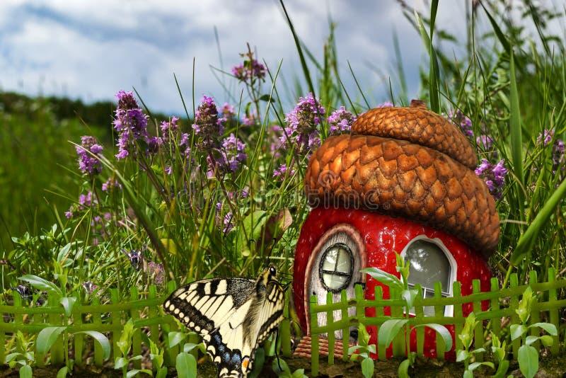Casa della farfalla delle fragole fotografia stock libera da diritti