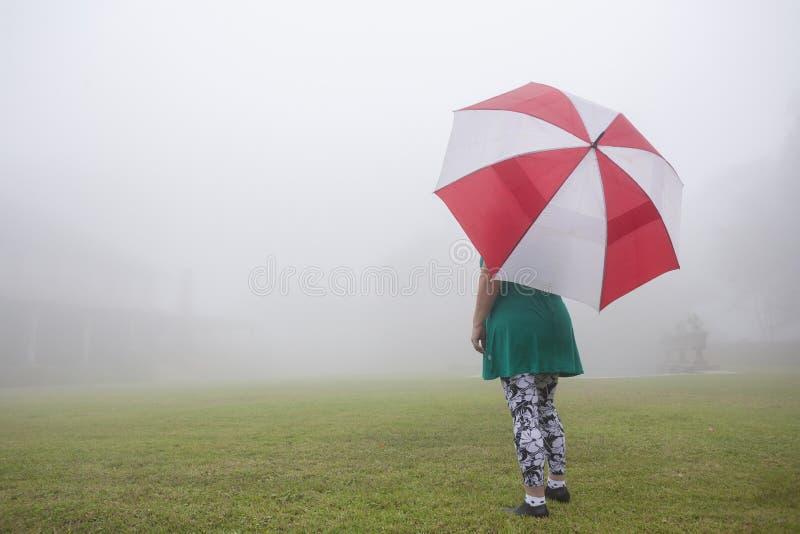 Casa della foschia dell'ombrello della donna fotografie stock libere da diritti