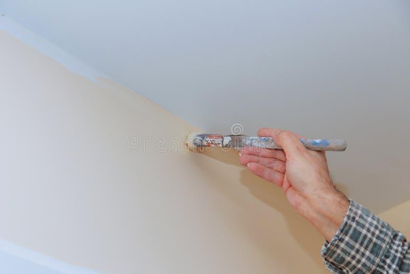 Casa della pittura del lavoratore con le pareti ed i soffitti fotografia stock libera da diritti