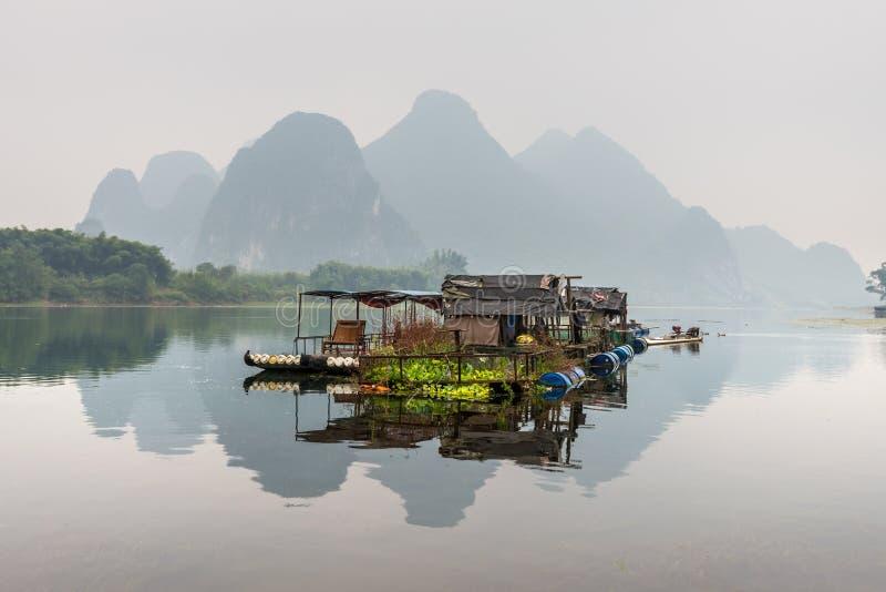 Casa della zattera sul fiume di Li fotografia stock libera da diritti