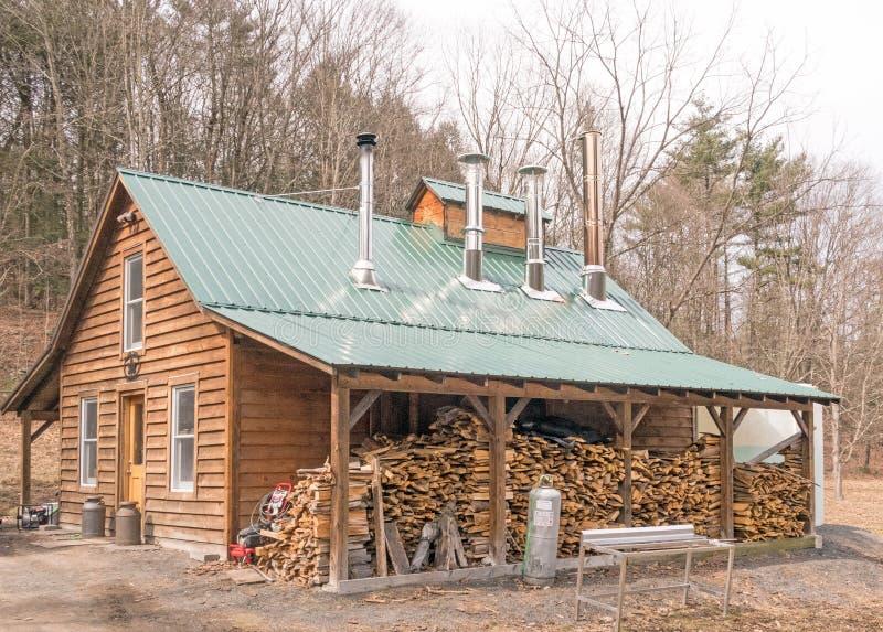 Casa dello zucchero di acero con quattro fumaioli immagine stock libera da diritti