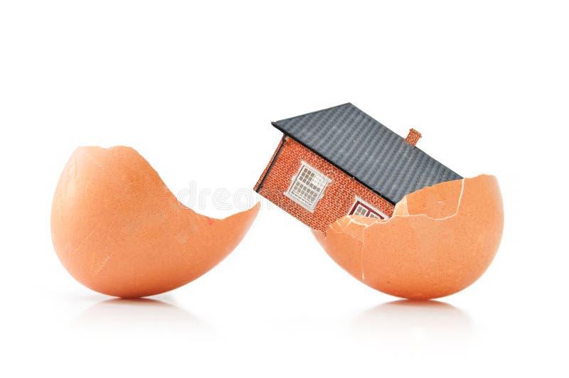 Casa dentro de um ovo fotos de stock
